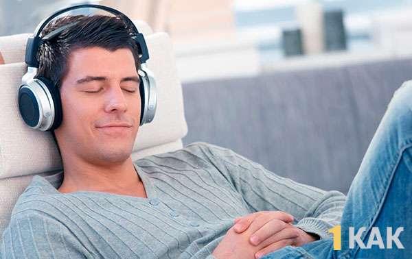 Мелодия поднимает настроение парню