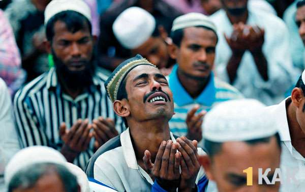 Мусульманин Бирмы молится за мир