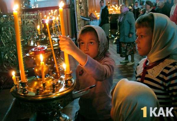 Девочки в платках в храмме