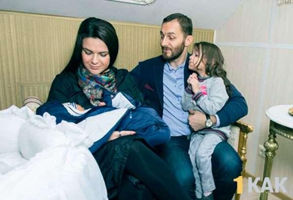 Виктория со своим ребенком