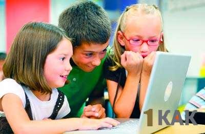 Школьники развлекаются за компьютером