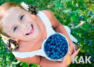 Девочка насобирала ягод