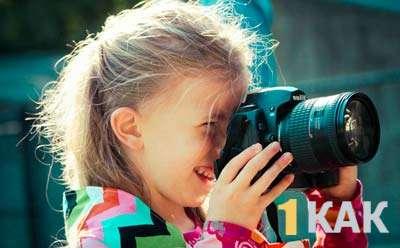 Школьница-фотограф снимает кадр