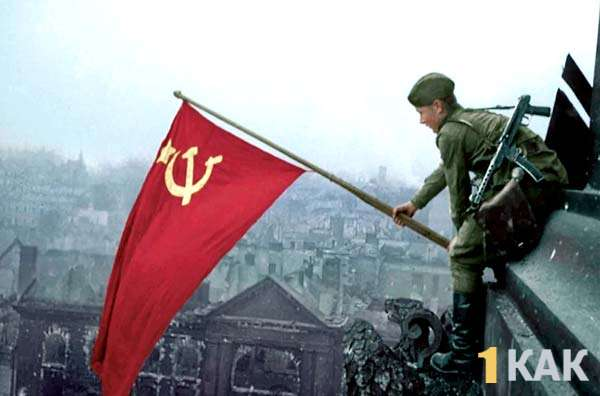 Солдат водружает советский флаг